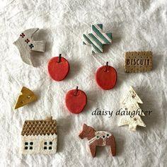 【陶土】赤リンゴブローチ* Clay Projects, Clay Crafts, Felt Crafts, Diy And Crafts, Porcelain Clay, Ceramic Clay, Ceramic Jewelry, Polymer Clay Jewelry, Pottery Houses
