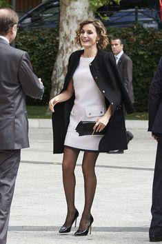 """Dña. Letizia eligió un minivestido blanco de Felipe Varela. La Reina no estrenaba puesto que este """"minimodelo"""" lo había lucido en varias oca..."""