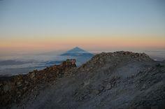 sombra de volcán del Teide que se puede ver al amanecer desde el crater
