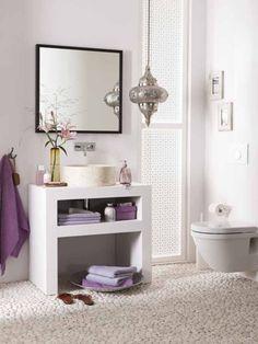 farbe badezimmer streichen flieder lila weiße fliesen badewanne ...