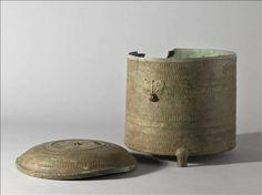 Vase cylindrique tripode - Époque de Giao Chi (Ier – IIIe siècle) - .   Copyright  © Stéphane Piera / Musée Cernuschi / Roger-Viollet