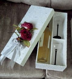 Caixa em MDF (madeira), pintada e revestida totalmente em renda, adornada com pérolas e bouquet de flores permanentes, possui divisões para um vinho e 2 taças.  Consulte descontos especiais para compras acima de 05 caixas.  Por serem caixas revestidas e adornadas artesanalmente, as cores e adorno...