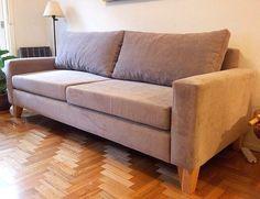 Sofá cubo 200x90 tapizado en simil pana euphoria beige, con asiento de placa soft y patas de madera.