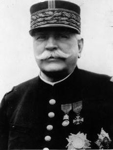 Sans oublier Joffre (1852-1931), généralissime de 1914 à 1916: ses vaines attaques de 1915 avaient saigné à blanc l'armée française; il est l'exemple de ses officiers qui pensent la guerre comme au temps de Napoléon Ier (autre grand commandeur génial de massacres de jeunes soldats). (WWI)