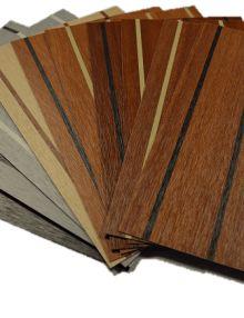 Teak look vloerplaten zijn kunststofplaten met een extreem hard oppervlak en zijn daardoor geschikt voor zeer veel toepassingen. Ideaal voor buitengebruik bijvoorbeeld vloeren in een sloep.   Verkrijgbaar in diverse kleuren zoals mahonie en kersen en in een lichte of donkere bies. Afmeting ca.: 305 x 128 cm.