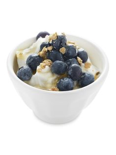 Transform plain yogurt from breakfast staple to creamy, anytime treat with the addition of blueberries, cinnamon graham crackers, and dashes of honey and vanilla. Recipe: Blueberry and Graham Cracker Greek Yogurt Chobani Greek Yogurt, Greek Yogurt Recipes, Plain Greek Yogurt, Siggis Yogurt, Yogurt Dessert, Yogurt Muffins, Yogurt Popsicles, Yogurt Parfait, Yogurt Smoothies