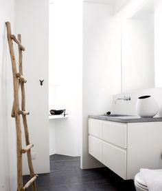Minimalistische badkamer met zwarte vloer. Door justyna