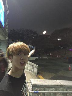 Jin looking the moon