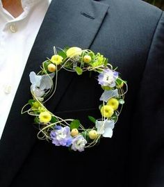 Blumen Link Fulda Floristik we could do this smaller with rosemary, lavender and something yellow for your groom to match your hair wreath? Corsage And Boutonniere, Groom Boutonniere, Boutonnieres, Ikebana, Button Holes Wedding, Yellow Bouquets, Corsage Wedding, Wedding Wreaths, Arte Floral
