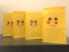 Mitgebsel-Tüten mit Pokemon-Schreibset in gelben Pikachu-Tüten für die Pokemon-Party. Mehr Infos auf https://mamaskind.de.