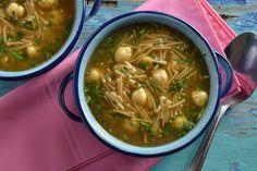 Te presentamos una tradicional y sabrosa sopa de fideos con grabanzos. Es una receta clásica dentro de la comida casera de nuestro país, es fácil de preparar y tiene un sabor incomparable.