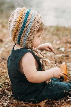 Baby Bonnet Knitting Pattern with stripes to play with color. Bulky weight yarn knits up quick, a perfect weekend project! Baby Bonnet Pattern, Baby Hat Patterns, Beginner Knitting Patterns, Knitting For Beginners, Knitted Hats, Crochet Hats, Quick Knits, Handmade Baby, Knitting Yarn