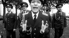 """Russian Army Choir - Show must go on (Full video) Freddie Merquriuxen eli Queenin biisi kertoo kaiken sen mitä nämä """"pojat"""" piti sydänmessään, mistä piti vaieta homofoobisella Venäjällä! """"Tietääkö kukaan mitä on verhon takana? Mitä tunnen maskieni takana? Shown pitää jatkua, kuolemankin jälkeen!"""""""