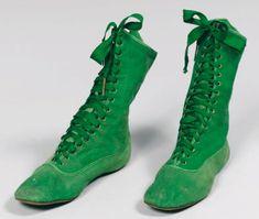PAIRE DE BOTTINES à lacets à semelle plate en suédine vert émeraude. Provenance : collection Paul et Denise Poiret ; collection Colin Poiret