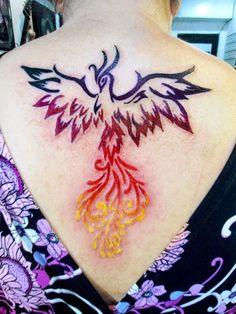 Você está interessado(a) em fazer uma tatuagem de fênix e não sabe por onde começar?Tenha certeza de que você não é o único ou a única! Para ajudar, levantamos o significado e uma série de ideias para você acabar este post com uma opção de tattoo de fênix na cabeça! A Tattoo de Fênix Apesar […]