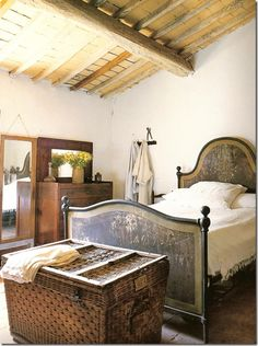 Rustic Italian Decor Bedroom: Restoring a home in italy~ nice ceilings for a mas. Style At Home, Tuscan Decorating, Interior Decorating, Italian Country Decor, Country Chic, Italian Farmhouse Decor, Farmhouse Ideas, Design Toscano, Mediterranean Home Decor