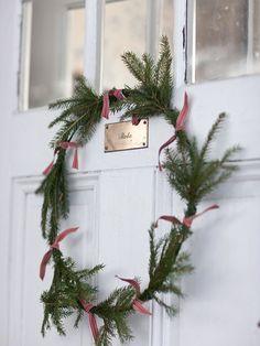 フレッシュ・クリスマスリースを作りたいけれど…。 飾り付けや、リース台を用意するのが面倒…。  そんな方には、こんなクリスマスリースはいかが? シンプルなのに、とびっきり可愛いリースです。  用意するのは、ワイヤーとリボンと、針葉樹の枝を少々。