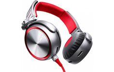 É impossível não chamar a atenção com o headphone Sony MDR XB920. Grande, espalhafatoso e bonito, o dispositivo impressiona pela aparência que vende potência. O som é realmente bom. Os graves fazem jus ao selo 'Extra Bass' e são reproduzidos com extrema precisão – ao ouvir uma música de rock, por ex