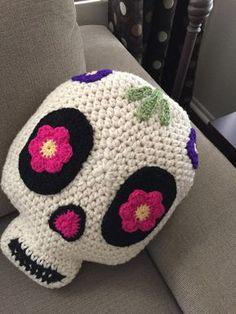 Crochet Patterns Pillow Crochet Sugar Skull Pillow by PeanutButterDynamite on Etsy Crochet Home, Bead Crochet, Crochet Crafts, Crochet Dolls, Crochet Yarn, Yarn Crafts, Crochet Projects, Crochet Granny, Crochet Cushions