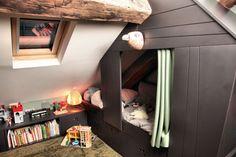 Lit-cabane d'une chambre d'enfant aménagée dans les combles d'un ancien grenier à charbon du XVIIIe siècle.
