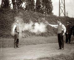 Probando chalecos anti balas. 1923.