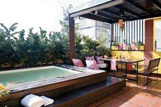 En esta terraza se realizó una estructura en altura para no perderse la frescura del agua durante los días de calor.  Foto:Living /Archivo LIVING