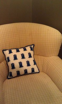 Ravelry: TARDIS Print Pillow pattern by Rebecca Norton - Free pattern. Crochet Tardis, Crochet Geek, Doctor Who Knitting, Diy Pillows, Throw Pillows, Frederique, Geek Crafts, Yarn Crafts, Bazaar Crafts