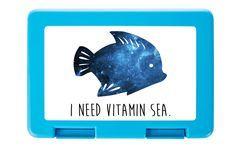 Brotdose Fisch aus Premium Kunststoff  schwarz - Das Original von Mr. & Mrs. Panda.  Diese wunderschöne Brotdose von Mr. & Mrs. Panda ist wirklich etwas ganz Besonderes - sie ist stabil, sehr hochwertig und mit einer exklusiven und schimmernden bedruckten Aluminiumplatte  ausgestattet.    Über unser Motiv Fisch  Da die Welt zu 70 % aus Wasser. Für Meerestiere und Fische der perfekte Ort zu leben. Fische gibt es in alles Größen und Formen, in allen Farben und Vorkommen. In Aquarien kann man…
