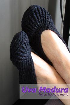 Mira el tutorial en nuestro canal de youtube en Uva Madura Crochet #PantuflasCrochet #SlippersCrochet #PantuflasGanchillo #SlippersGanchillo #BabuchasCrochet #BabuchasGanchillo #CrochetSocks #calcetinestejidos #CalcetinesCrochet #CalcetinesGanchillo #sockknitting #sockyarn #Crochet #Ganchillo #crochê #croché #Croche #Crocheted #Ganchillocreativo #Crochelovers #Crochetyarn #Ilovecrocheting #Crochetgoodness #Crochetando #Tejidoamano #videoscrochet #TutorialesCrochet #TutorialesGanchillo… Crochet Art, Crochet Slippers, Love Crochet, Sock Yarn, Knitting Socks, Crochet Designs, Handmade, Hand Knitting, Hand Made