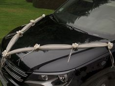 Beautiful tulle decoration with white roses are the perfect wedding car decoration and alternative to traditional ribbon each length long Tulle Decorations, Wedding Car Decorations, White Tulle, White Roses, Bridal Flowers, Flower Bouquet Wedding, Horror Wedding, Fete Ideas, Cars