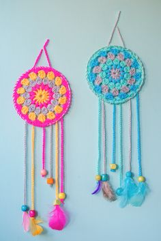 How To Make Dream Catchers,Great beginner project.These sassy and cute dream catchers are so easy to crochet.If you can crochet a granny square youll have no problem making these.Choose delightful colors that pop so theyre noticed when you enter the room. Crochet Simple, Crochet Diy, Crochet Amigurumi, Crochet Home, Love Crochet, Crochet Gifts, Beginner Crochet, Crochet Projects For Beginners, Free Crochet Patterns For Beginners
