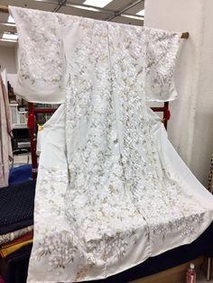 """""""平和島でやべー刺繍の着物(未仕立て)があった(;;°д°) 色だけ見て花嫁衣装かなーと思ってて、店員さんに撮影許可もらってお話を伺ってたら訪問着だと。…言われてみれば袖が短い。 機械刺繍と手刺繍が混ざってるらしいけど全然わからん。 ひぇぇ…ひぇぇぇぇ……"""""""