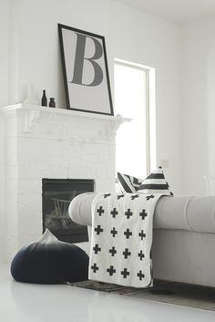 Scandinavian Home Design in Santa Monica by Jendretzki - Design Milk The contrast is awesome, I really like the precision of the artists ang. Home Living Room, Living Spaces, White Mantel, Black And White Interior, Black White, Black Luxury, Decoration Originale, Scandinavian Home, Interiores Design