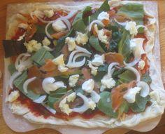Pizza mit Lachs und Mangold
