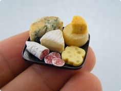 This tiny food is amazing! by Shay Aaron. I love tiny things! Cute Polymer Clay, Polymer Clay Miniatures, Dollhouse Miniatures, Miniature Crafts, Miniature Food, Miniature Dolls, Miniature Tutorials, Clay Tutorials, Barbie Food
