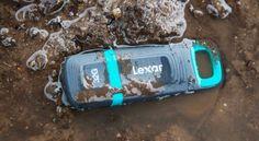 """Lexar presenta JumpDrive Tough, chiavetta USB veloce e a """"prova di bomba"""" https://www.sapereweb.it/lexar-presenta-jumpdrive-tough-chiavetta-usb-veloce-e-a-prova-di-bomba/   Lexar, nota azienda multinazionale con sede negli Stati Uniti produttrice di memorie flash, ha recentemente annunciato l'ingresso nel proprio catalogo del nuovo flash drive JumpDrive Tough, una soluzione pensata per la protezione dei propri dati in situazioni ambientali..."""