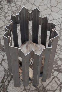 A striking garden log brazier. Fire Pit Grill, Diy Fire Pit, Fire Pit Backyard, Fire Pits, Backyard Smokers, Metal Fireplace, Fire Pit Materials, Wood Fuel, Outdoor Fireplace Designs