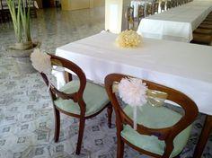 Mesa y sillas beige