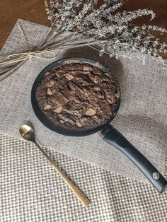 How to make a healthy brownie in less than 15 minutes! Healthy Cafe, Healthy Foods To Eat, Healthy Recipes, Healthy Brownies, Love Eat, Vanilla Essence, Coconut Sugar, Healthy Options, Vegan Chocolate