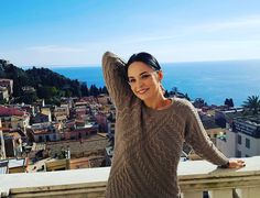 Pulover maro - alegerea unui outfit lejer a vedetei Andreea Marin