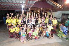Grupo Insolit con niños de una escuela local en la desconocida región de Khon Kaen