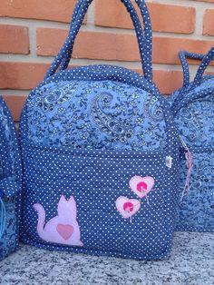 Bolsa em tecido 100% algodão, forrada e revestida com manta acrílica. Ideal p/ viagens ou bolsa maternidade. Bag Quilt, Diaper Bag Patterns, Fabric Paint Designs, Bow Bag, Fabric Bags, Quilted Bag, Kids Bags, Kids Backpacks, Handmade Bags