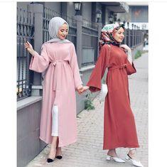 اَلمُسلِیمَۃ اَلصَالِیحَه L'image contient peut-être : une personne ou plus et personnes debout Modern Hijab Fashion, Muslim Women Fashion, Abaya Fashion, Modern Outfits, Girly Outfits, Fashion Outfits, Hijabi Gowns, Modele Hijab, Bff