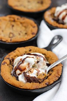 Chocolate Fudge Skillet Cookie: An easy dessert that features layers of chocolate chip cookie dough and rich, hot fudge, and topped w more chocolate chip cookie dough. Brownie Desserts, Oreo Dessert, Köstliche Desserts, Delicious Desserts, Yummy Food, Baking Recipes, Cookie Recipes, Snack Recipes, Dessert Recipes