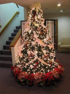Stunning 50+ Beautiful Christmas Tree Decorating Ideas https://homedecormagz.com/50-beautiful-christmas-tree-decorating-ideas/
