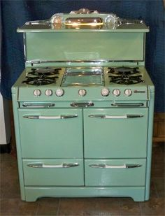 Would love a vintage-look kitchen with this stove & color! Kitchen Stove, Old Kitchen, Vintage Kitchen, Kitchen Decor, Kitchen Design, Kitchen Appliances, 1950s Kitchen, Kitchen Colors, Cocina Shabby Chic