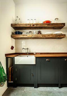 Cocina rústica con muebles de madera pintada                              …