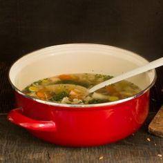 Zelf bouillon trekken met verse ingrediënten, voor een heerlijke groentesoep.