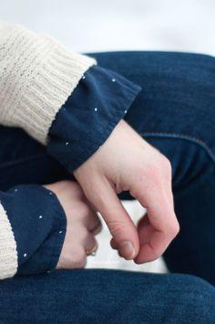 Look beige et bleu: jean Levi's, sac à dos Promod, boots Sorel, chemise à pois Sézane et pull beige Olive Clothing.