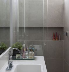 O banheiro ganhou um nicho no box, para apoiar itens de banho. O tampo é de mármore branco prime, da Pantanal Mármores (Foto: Marco Antonio)